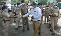 खरगोन : कोरोना और धूप से बचाव के लिए पुलिसकर्मियों को बांटी मेडिकल किट