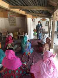 गांव में जाकर दीदियां कर रहीं ग्रामीणों को जागरूक