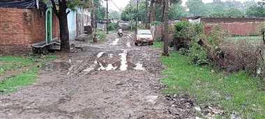 गड्ढों में तब्दील हो रही सड़कें, मुख्य मार्गों पर भरा पानी