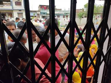 ग्रामीणों के बीच झूमाझटकी, एक घंटे रुका टीकाकरण