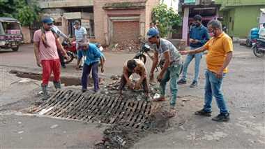 सड़कों में जलभराव होने पर पहुंचा निगम अमला, पानी की निकासी बनाई