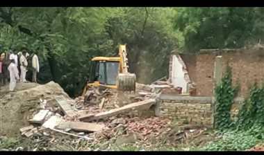 तालाब की जमीन पर प्रशासन ने हटाया अतिक्रमण, ग्रामीण बोले -अधूरी की कार्रवाई