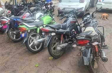 चोरी की कार में दूसरे गाड़ी की नंबर प्लेट लगाकर बेचने जा रहे थे, पुलिस ने पकड़ा