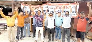 सीमेंट फैक्ट्री के ट्रक संचालकों ने की हड़ताल, भाड़ा बढ़ाने कर रहे मांग