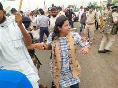 सरकार के विरोध में कांग्रेस ने निकाली पदयात्रा को पुलिस ने बीच में रोका, गोपालपुर थाने ले जाकर छोड़ा