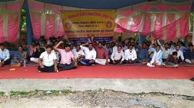 जिले के 17 संगठनों के संयुक्त मोर्चा ने मशाल जलाकर किया धरना प्रदर्शन