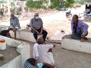 श्योपुरः गांव में बाउंड्री पर बैठकर ग्रामीणों से कलेक्टर बोले-परेशानी है तो बताएं