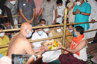 कर्नाटक के राज्यपाल ने किए भगवान महाकाल के दर्शन