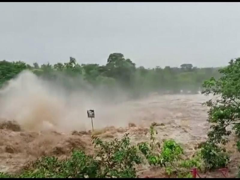 Maharashtra: कई जिलों में बाढ़ की स्थिति, NDRF की टीमें तैनात, कोंकण रेलमार्ग पर ट्रेनों में फंसे हजारों यात्री