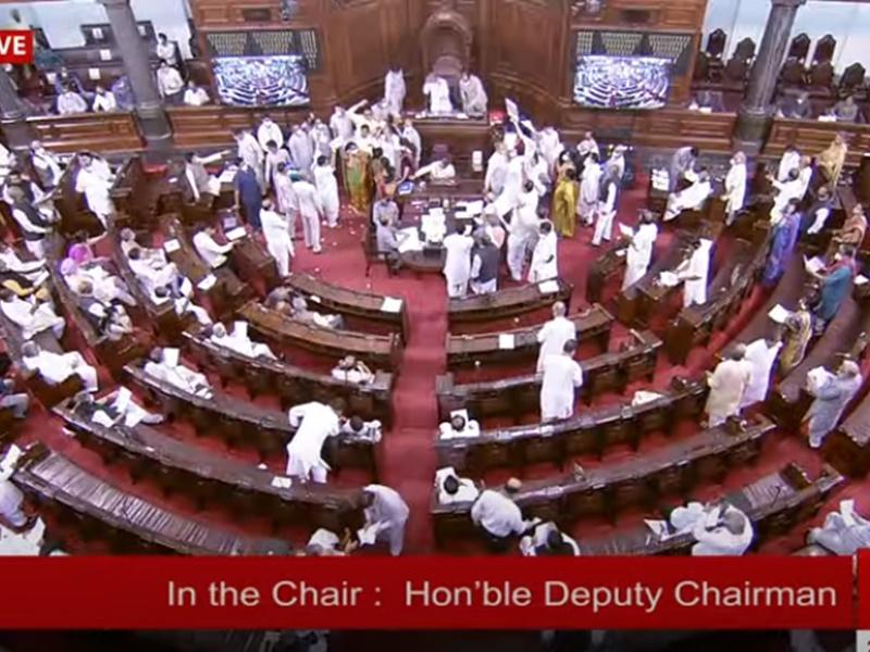 Monsoon Session: दोनों सदनों में हंगामा, टीएमसी सांसद ने आईटी मंत्री से छीनकर फाड़े पेपर्स