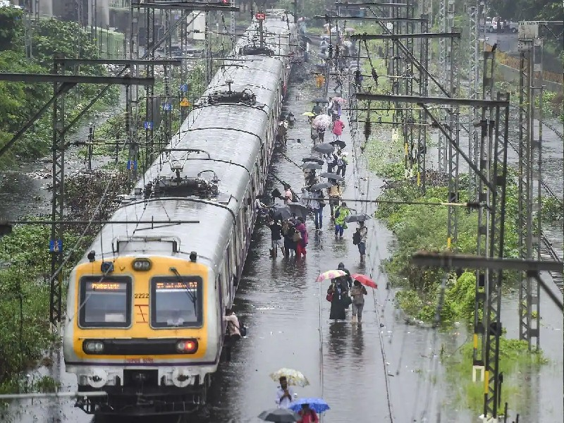 Maharashtra Rains Update: महाराष्ट्र में बारिश से जनजीवन अस्त-व्यस्त, लोकल ट्रेन सेवाएं बाधित, जानिए ट्रेनों की स्थिति