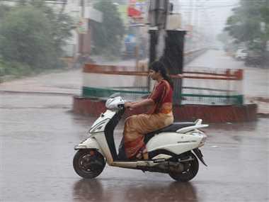 आषाढ़ की विदाई और सावन के स्वागत में बरसे बादल