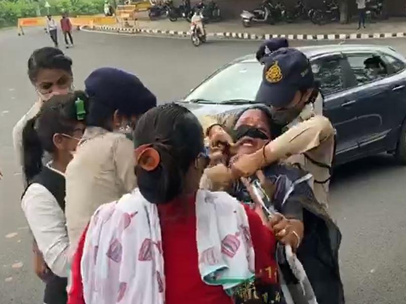 भोपाल में महिला कांग्रेस कार्यकर्ता लगाने लगीं फांसी, पुलिस ने किया गिरफ्तार