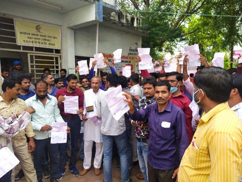 Bhopal News: वल्लभ नगर बिजली दफ्तर में किसानों का हंगामा, मोटर पंप बंद होने के बावजूद पहुंचे थे हजारों के बिल