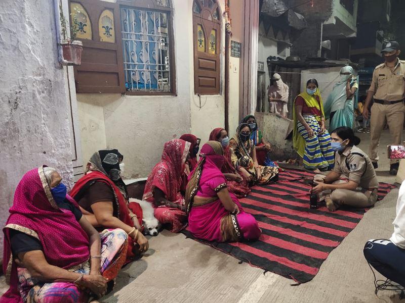 इंदौर में जब एक ही जाजम पर बैठीं महिलाएं-बच्चियां और थानेदार, घर और बाहर के किस्से बांटे