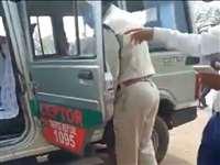 Raipur News: नाके पर ट्रक वालों से अवैध वसूली और मारपीट कर रहे थे पुलिस कर्मी, VIDEO वायरल
