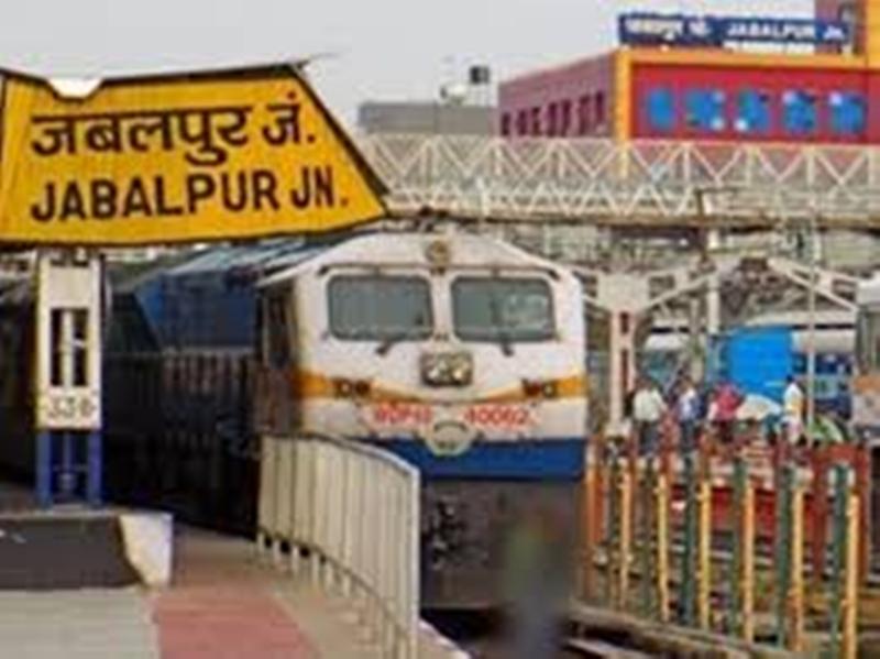 जबलपुर रेलवे स्टेशन पर बार कोड से टिकट की जांच, फिर प्रवेश