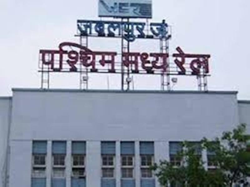 जबलपुर रेलवे स्टेशन पर लगी स्क्रीन पर अब नहीं दिखता किराया व जानकारी
