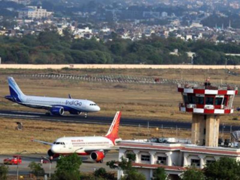 Indore Airport News: कोरोना के डर से उड़ानों में कम हुए यात्री, यात्रा करने से बच रहे लोग