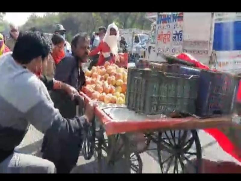 भोपाल में दुकानदारों ने सड़कों पर खुद फेंका समान, ठेले भी पलटे, फिर निगम अमले पर किया हमला