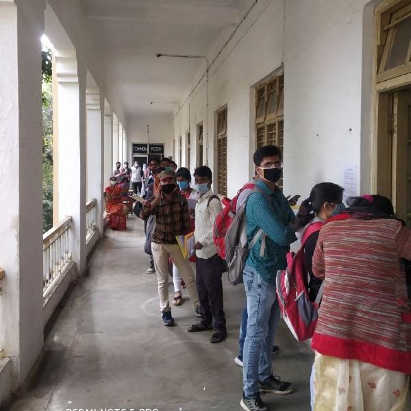 Jabalpur News: कोरोना के बावजूद दोबारा करवा रहे दस्तावेजों का सत्यापन, लगी भीड़