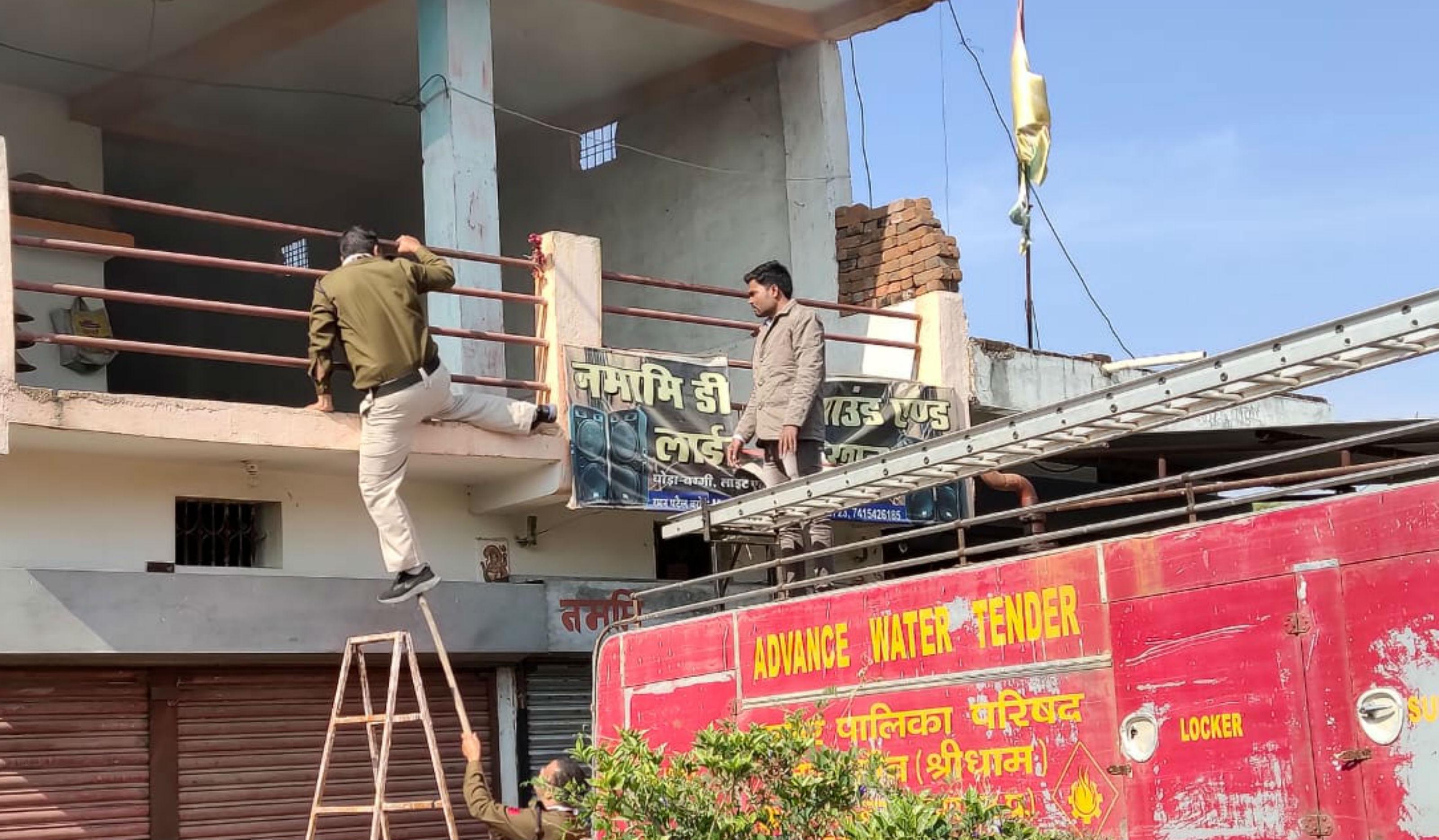 नरसिंहपुर : शराबी ने घर में आग लगाकर बुलाई दमकल, फिर कर्मियों को रोका