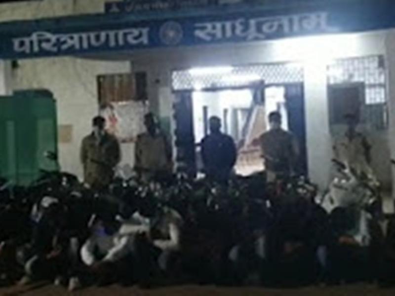 Crime News: राजनांदगांव में जुआ खेलते 12 गिरफ्तार, 90000 नगद और 14 बाइक जब्त