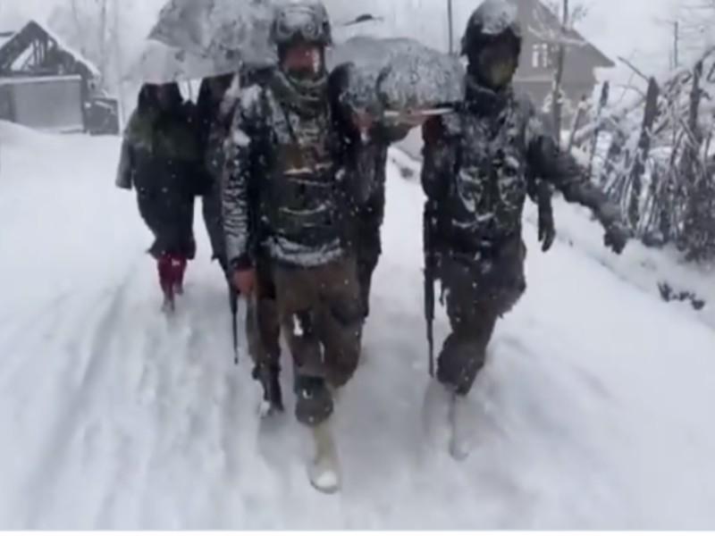 सेना की सेवा:  बर्फबारी के बीच महिला और नवजात को 6 किलोमीटर चलकर घर पहुंचाया, देखें वीडियो