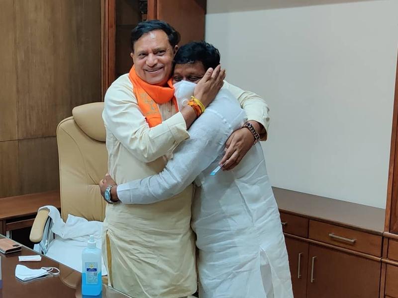 Coronavirus Bhopal News : मंत्री-नेता नहीं कर रहे शारीरिक दूरी का पालन, बिना मास्क लोगों से कर रहे मुलाकात