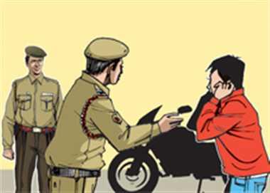 बाइक चुराने के बाद कलपुर्जों को  कट्टों में भर दिया, तीन गिरफ्तार