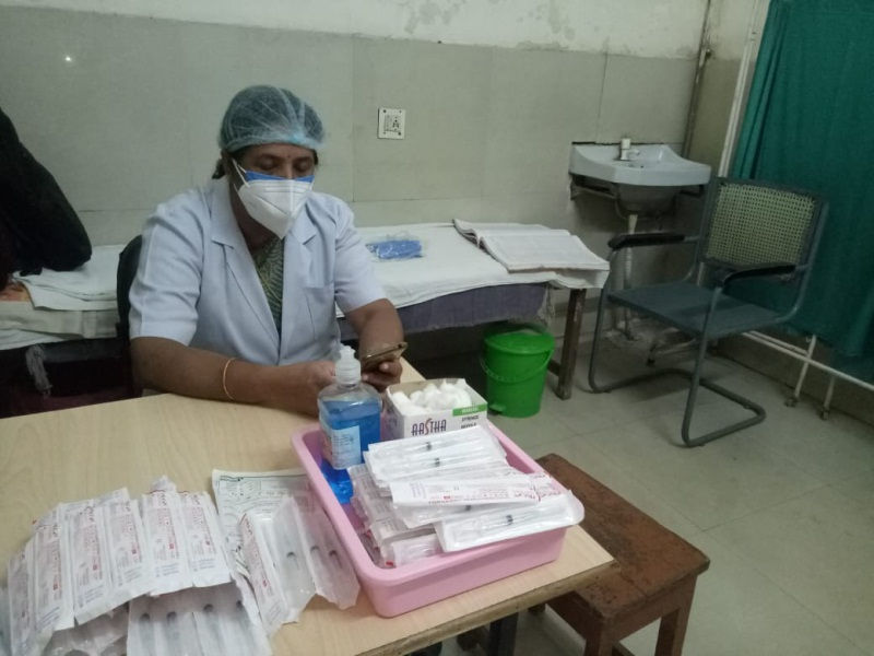 Vaccination of pregnant women in Gwalior: अस्पताल में स्टाफ तैयार, सुबह दस बजे तक कम संख्या में टीका लगवाने पहुंची महिलाएं