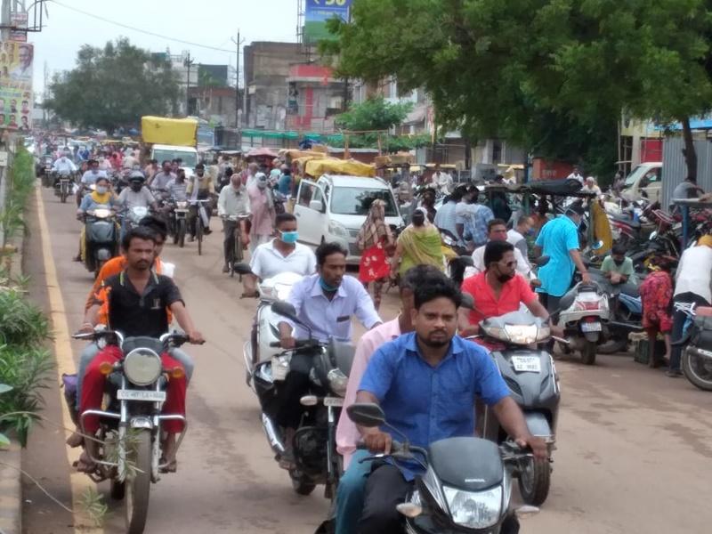 Lockdown In Durg: लॉकडाउन से पहले टूटा शारीरिक दूरी का नियम, इस तरह उमड़ी भीड़