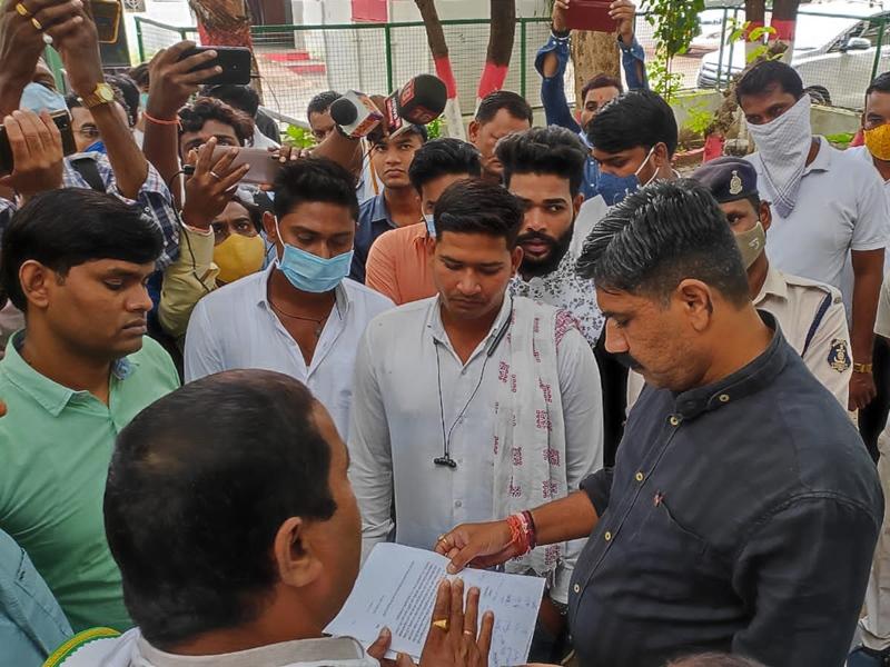 Protest in Bilaspur: सतनामी समाज के लोगों ने घेरा कलेक्टोरेट व एसपी कार्यालय, कांग्रेस नेता पंकज सिंह के खिलाफ ये की मांग