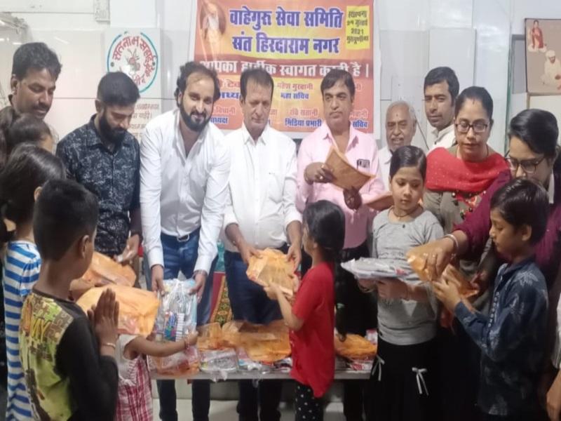 Bhopal News: बैरागढ़ में समाजसेवी युवाओं ने ली गरीब बच्चों की सुध, बांटी शिक्षण सामग्री