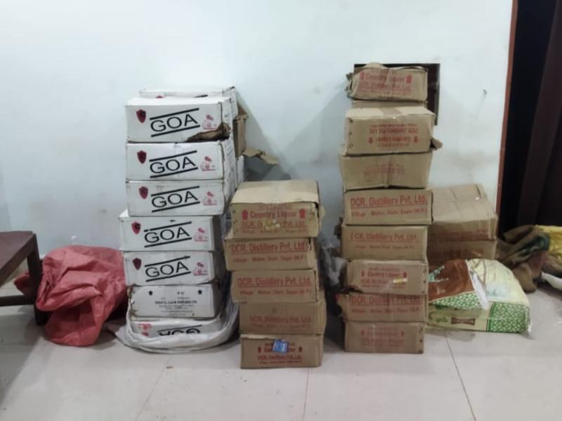 Bilaspur Crime News: एमपी की 55 पेटी शराब पकड़ाई, दो लोग हिरासत में