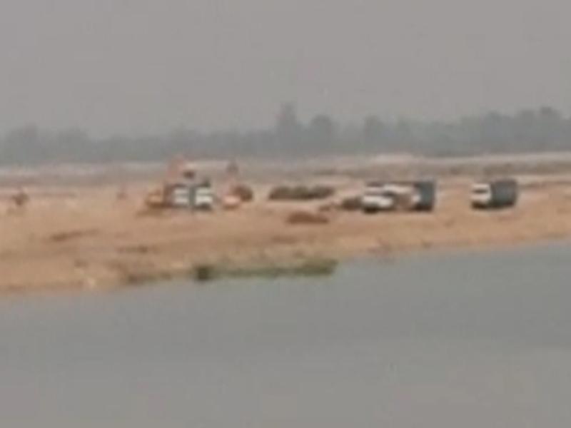 Hoshangabad News: तवा नदी में जेसीबी और पोकलेन से रेत का उत्खनन