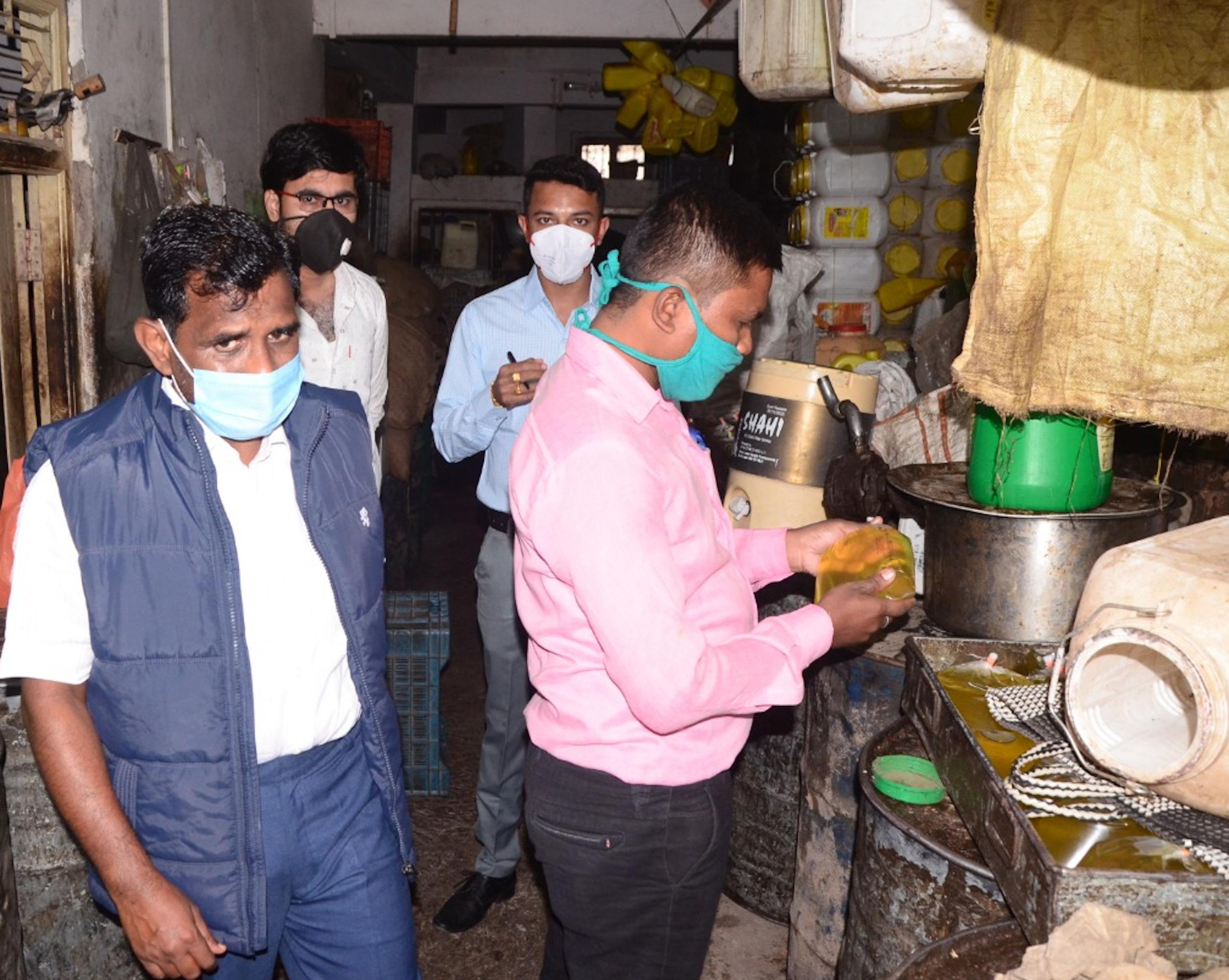 खाद्य सुरक्षा विभाग ने तीन दुकानों से लिए नमूने
