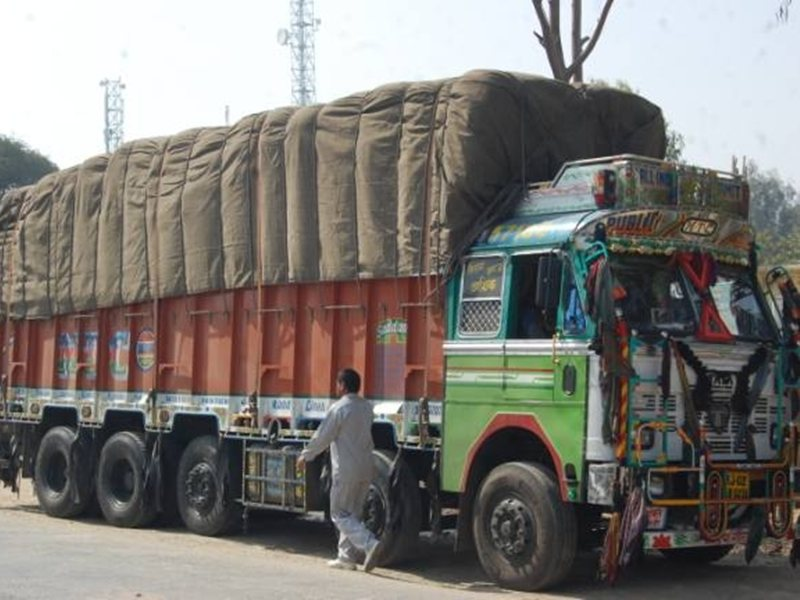 बालोद जिले के सड़कों पर फर्राटेदार दौड़ रहे भारी वाहन, नियमों की उड़ा रहे धज्जिायां