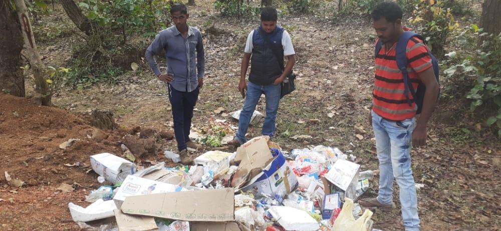 कान्हा राष्ट्रीय उद्यान के बफर एरिया में नपा कर्मचारी फेंक रहे कचरा