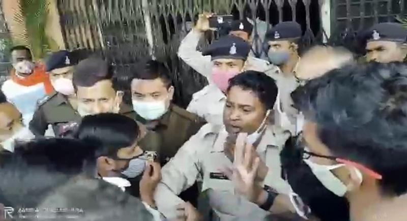 छात्रों की आवाज बुलंद कर रहे प्रदर्शनकारियों के साथ प्रबंधन की तीखी नोकझोंक