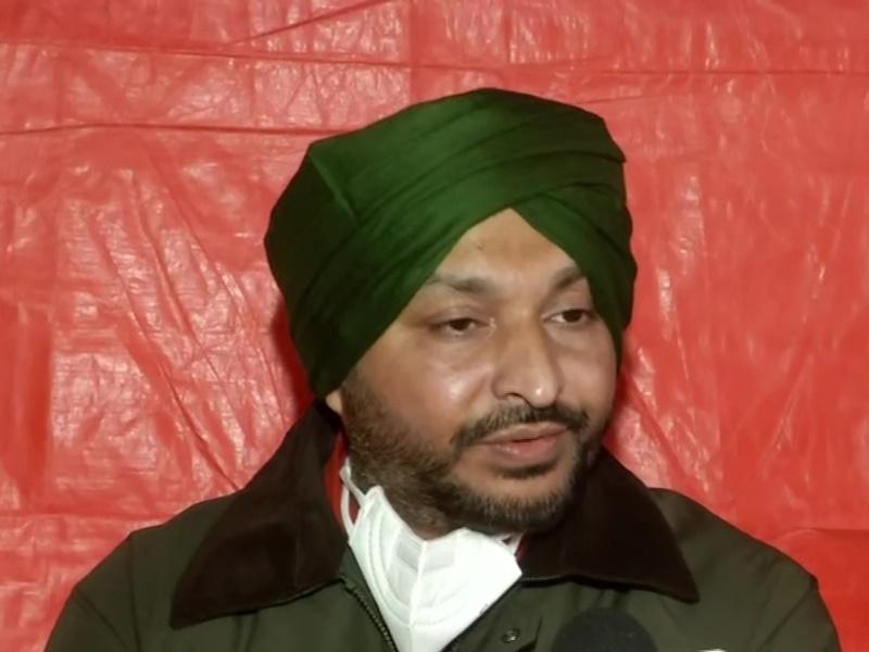 Video : सिंघु बॉर्डर पर लुधियाना सांसद Ravneet Singh Bittu की कार पर हमला, प्रदर्शनकारियों ने पगड़ी उतारी