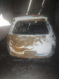 गैरेज में खड़ी कार में पेट्रोल डालकर किया आग के हवाले कार हुई खाक