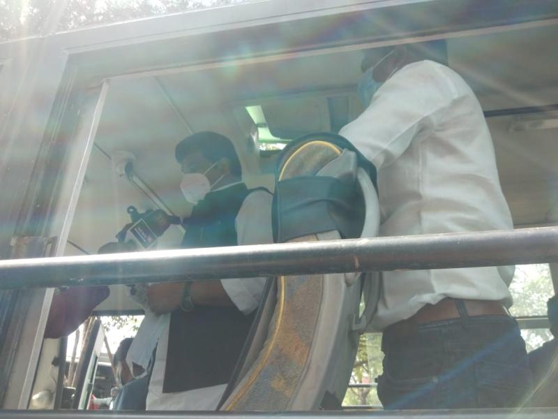 Bhopal News: परिवहन मंत्री ने आइएसबीटी पर बस यात्रियों को बांटे मास्क, ड्राइवरों व कंडक्टरों को भी दी समझाइश