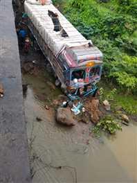 लाखा के पास मवेशियों से भरे ट्रक के पुल से गिरने पर 19 मरे, छह घायल