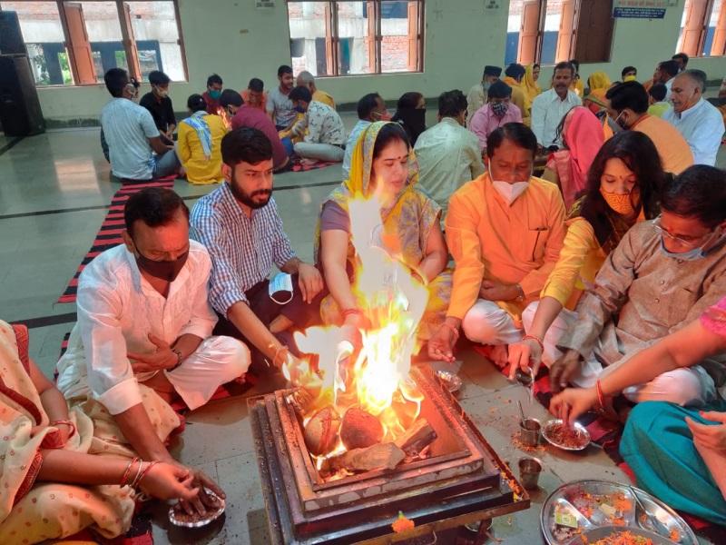 Guru Purnima-2021: सर्वार्थसिद्ध योग में मनाई गुरु पूर्णिमा, गुरु शिष्यों को बांट रहे पौधे