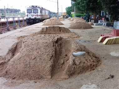 प्लेटफार्म पर रेत पत्थर से टकराकर गिर रहे यात्री