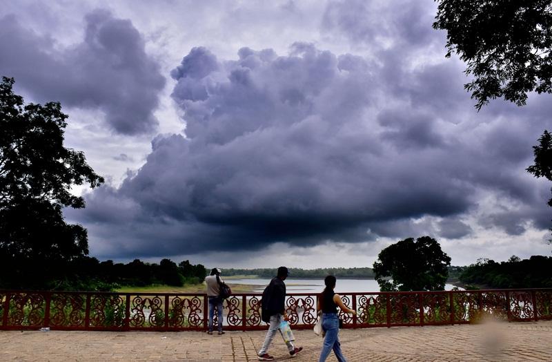 Weather In Jabalpur : मर्तबान की खाड़ी के असर से मचल रहे बादल, बरसने को बेताब