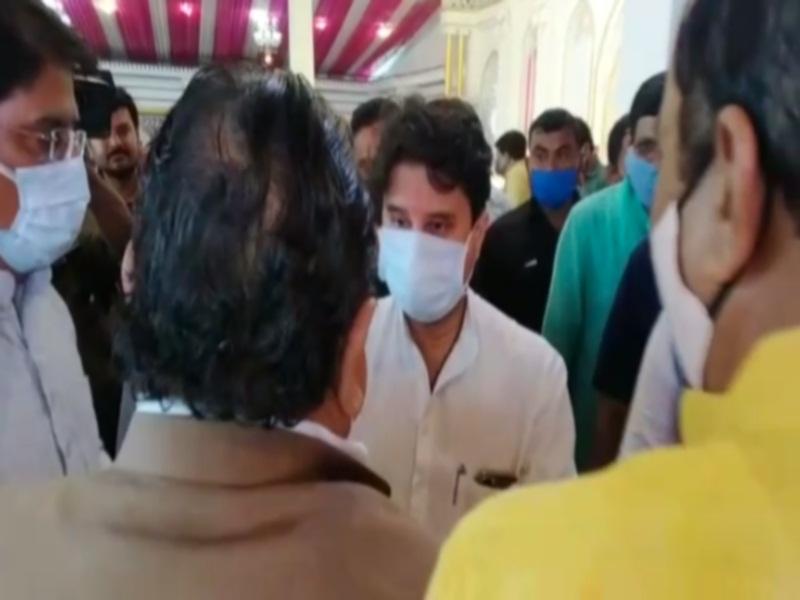 Scindia in Gwalior: भाेज के आयाेजन में सिंधिया वन टू वन कार्यकर्ताओं से मिले, पूछा-कैसे हाे