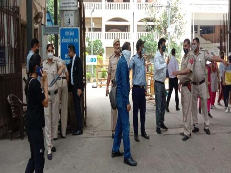 Delhi Rohini Court Gangwar: बदमाशों ने कोर्ट रूम में गैंगस्टर को मारी गोली, पुलिस कार्रवाई में दोनों ढेर