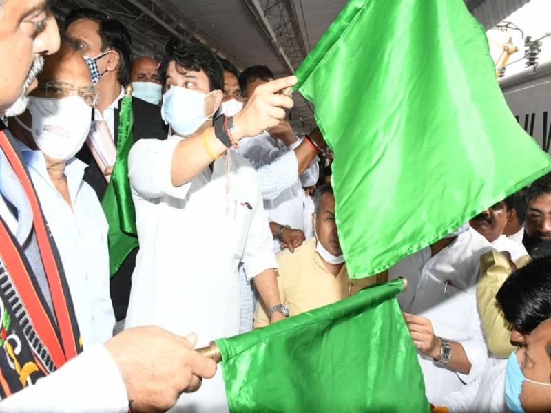 Scindia in Gwalior: सिंधिया ने किया आंध्र प्रदेश संपर्क क्रांति काे हरी झंडी दिखाकर रवाना, कहा-जनवरी से नए रेलवे स्टेशन का काम शुरू हाे जाएगा